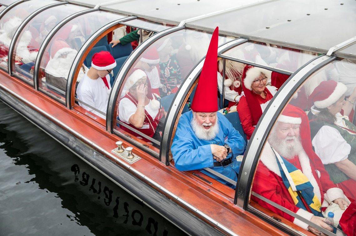 2017年7月24日,一群耶誕老人、耶誕小精靈,突然出現在丹麥首都哥本哈根。 圖...