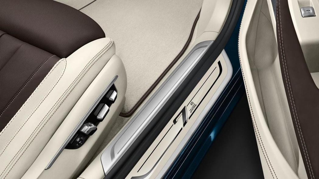 車門踏板以7-Series 40 jahre點綴。 摘自BMW Blog