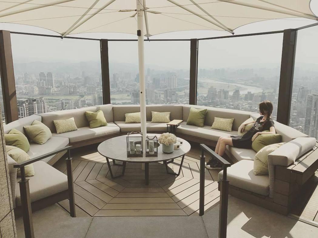 昆凌21日曝光新家豪宅,她謙虛地說照片中的地點其實是頂樓公設。  圖/擷自IG