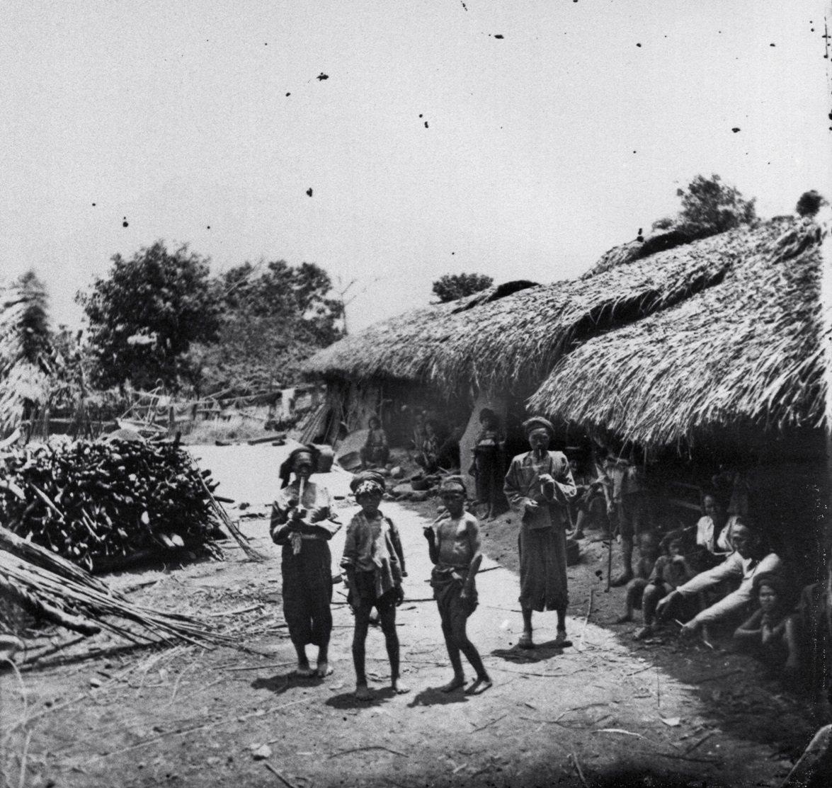 John Thomson 1871年拍攝的荖濃地區平埔原住民的房子。圖/國立臺灣...