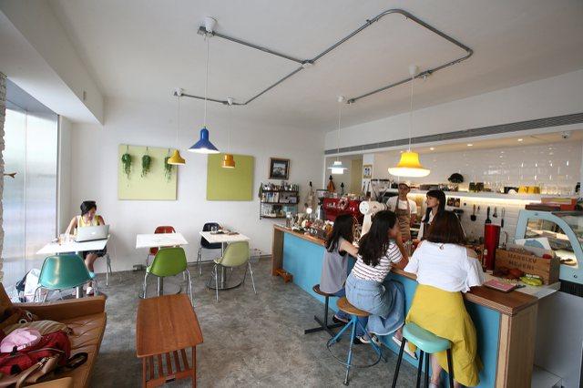 漸漸咖啡店有吧台區、沙發區及2~4人座位區。