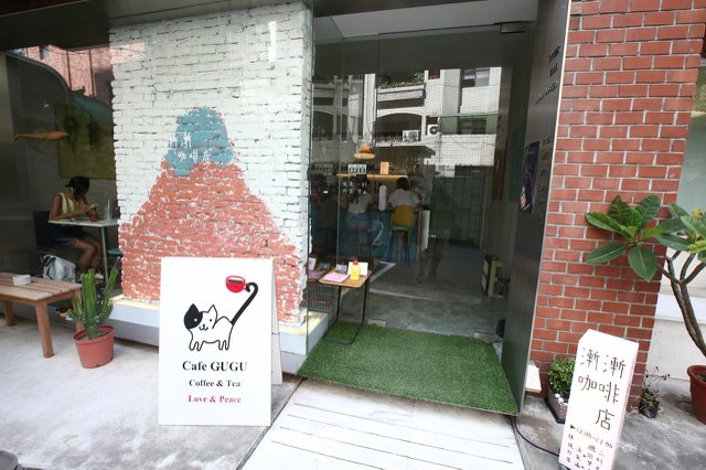 門口是老闆親手繪製的療癒牆面。