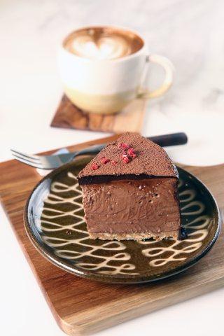 白蘭地甘納許巧克力慕斯,120元;卡布奇諾,120元。