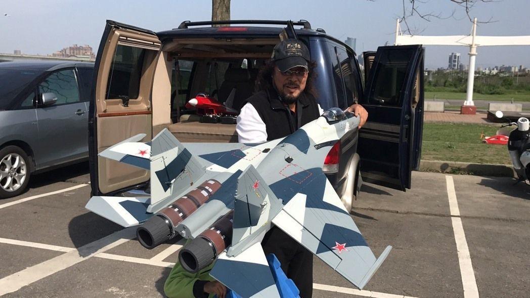 菲哥常一個人開著箱型車,車裡載著許多自製飛機去跟玩家交流。本報資料照