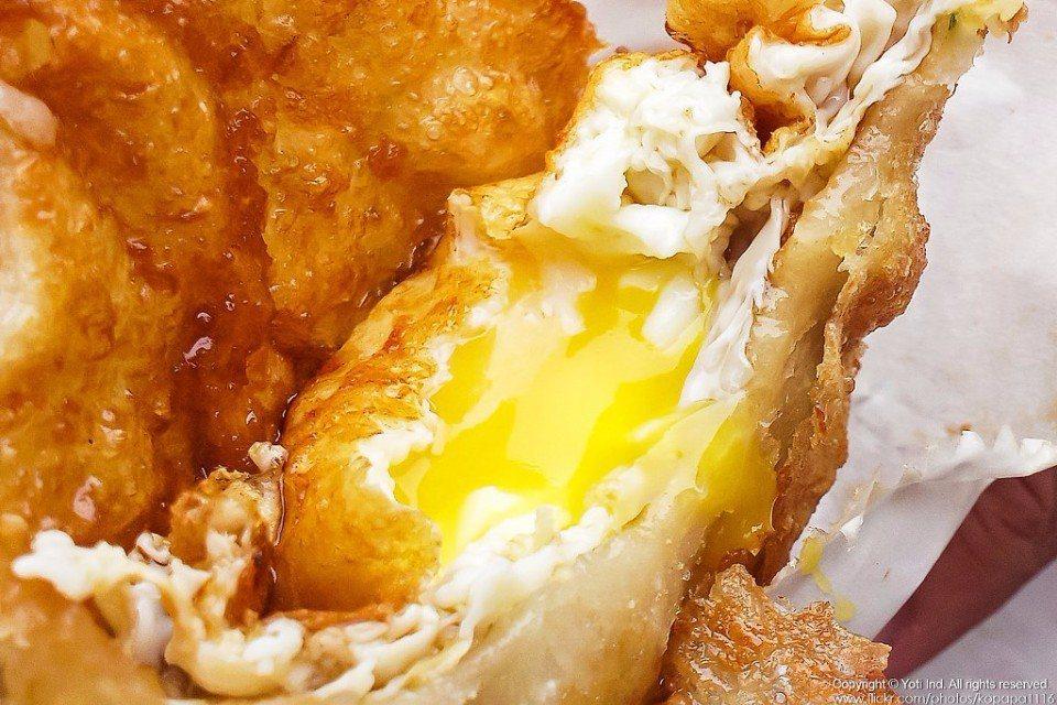 外皮酥脆的炸蛋蔥油餅,一口咬下,金黃的蛋液爆漿而出,美味指數破表!(Flickr...