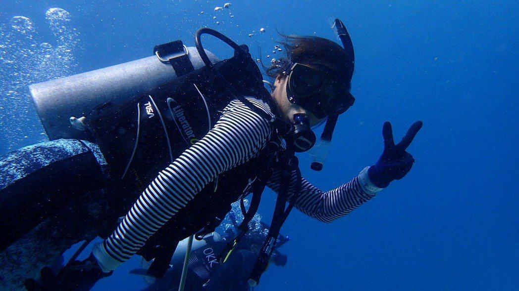 為了追求好的工作環境和薪資,Cassie陳吟甄選擇到沖繩帶潛水。照片/陳吟甄提供