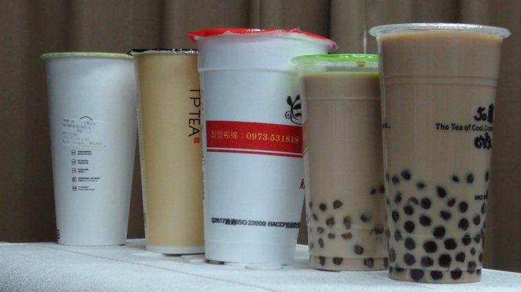 台灣消保會公布手搖冷飲,有不少超標一百倍以上。記者謝梅芬/攝影