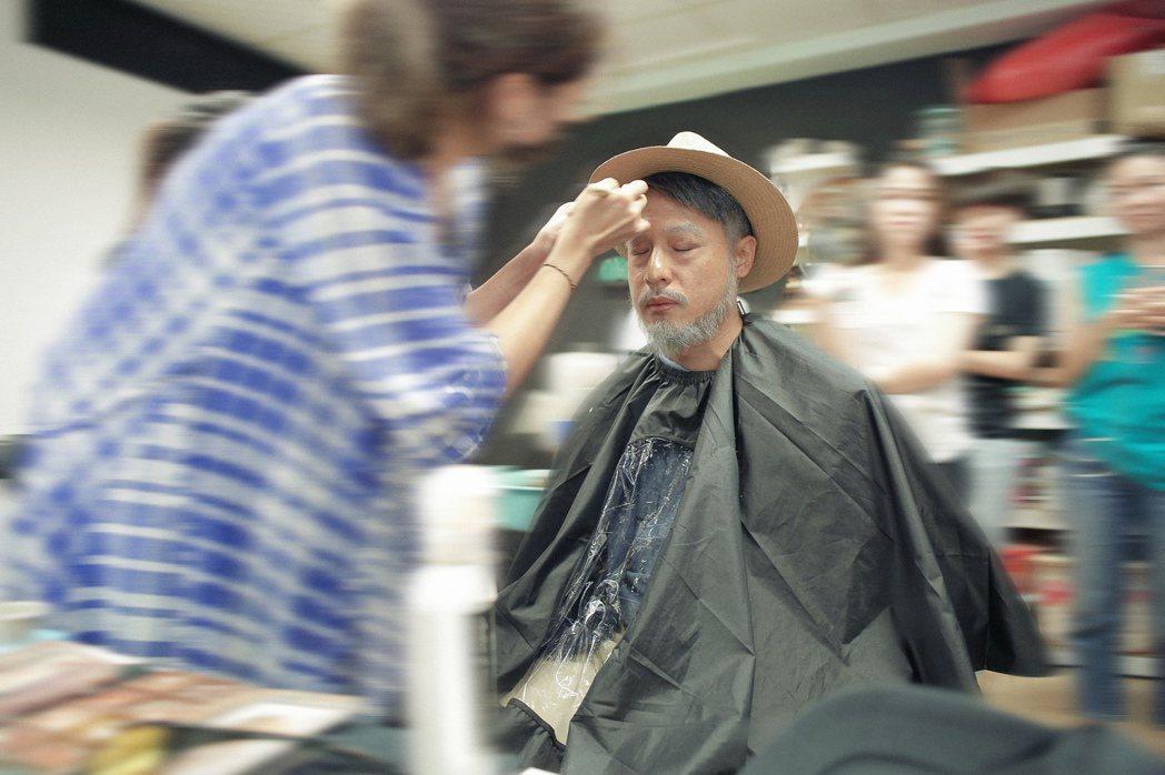 周湯豪為與厄文見面,費盡心思扮老妝。圖/天熹提供