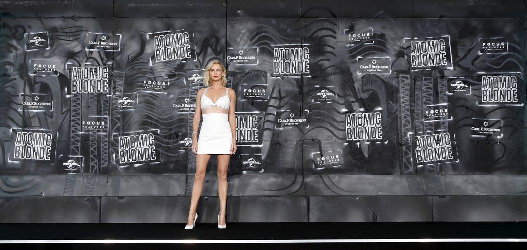 好萊塢巨星莎莉賽隆於柏林出席《極凍之城》(Atomic Blonde)首映。圖/...