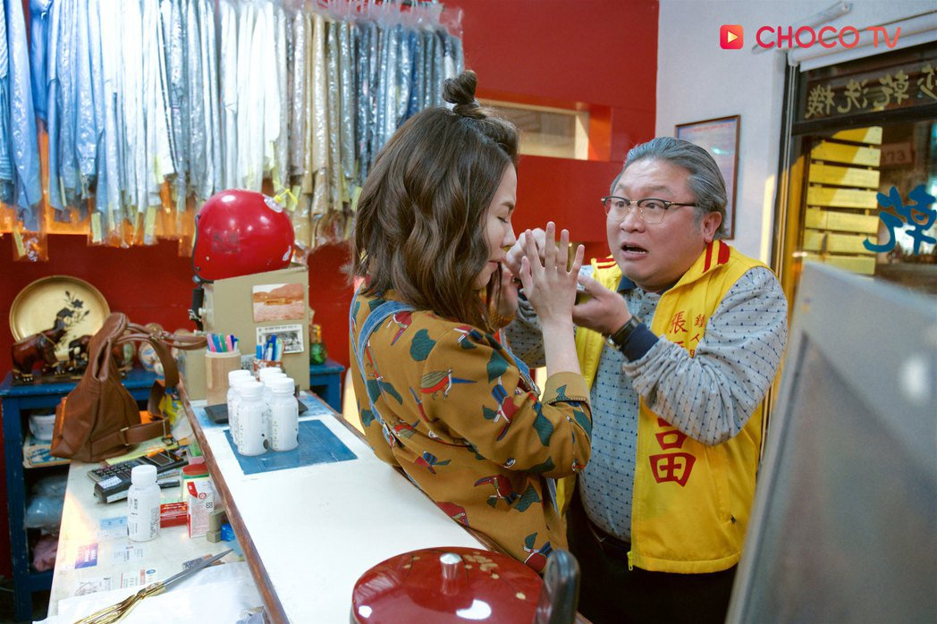 納豆(右)在「東區小巷的大廟」中演神明。圖/CHOCO TV提供