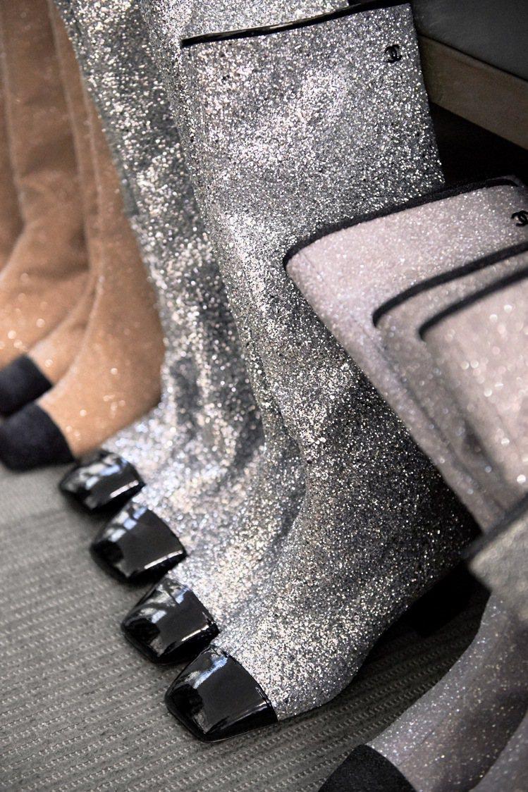 漆皮與亮片布料製成的經典雙色靴除了延續品牌經典設計,同樣也用閃閃發亮的面料傳遞出...