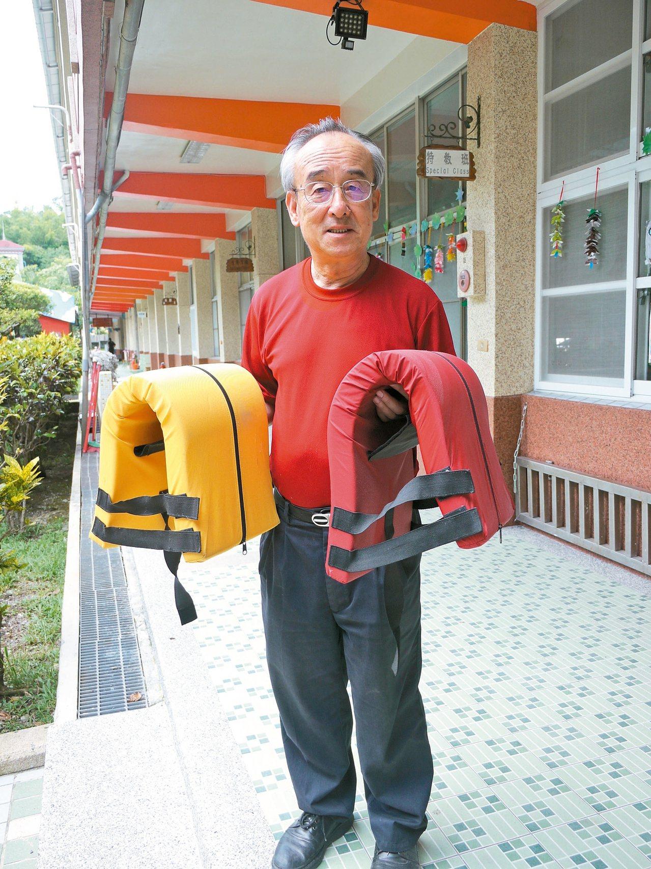 六龜國小校長黃龍泉將畢生歲月貢獻在偏鄉學校,手上拿的「多功能防災頭套」是他所發明...