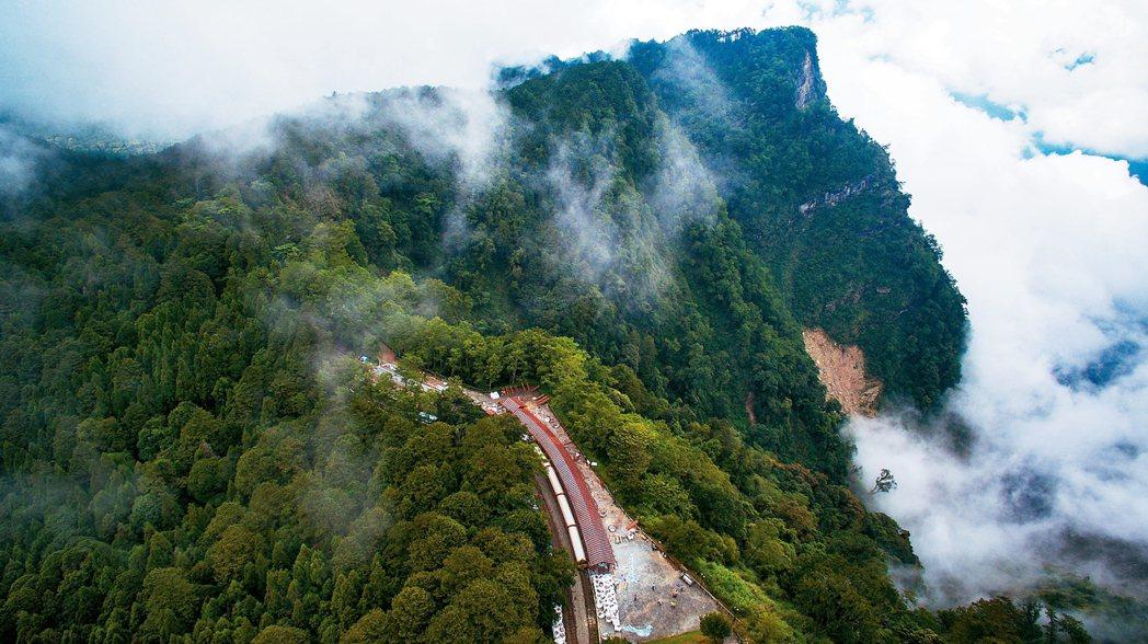 對高岳是每年只在元旦日出活動停靠一次的神秘車站,今有森鐵郵輪式列車每周帶遊客上山...