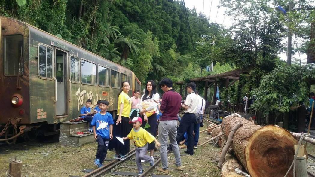 森鐵列車班班秒殺,開到奮起湖的列車幾乎都客滿。 記者王慧瑛/攝影