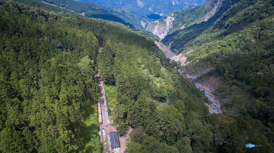 阿里山森林鐵路穿梭在高山峻嶺和叢林溪谷,圖是林鐵火車進入第一分道。 圖/賴國華提...