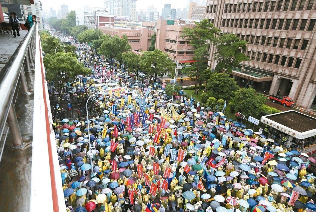 全國公務人員協會及台灣警消聯盟6月15日發起抗議,有媒體稱人數不如預期,僅上千人...