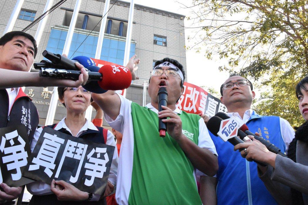 全教產秘書長劉亞平(綠衣)質疑李來希組織新政黨瓜分選票,是為了讓民進黨下台,還是...