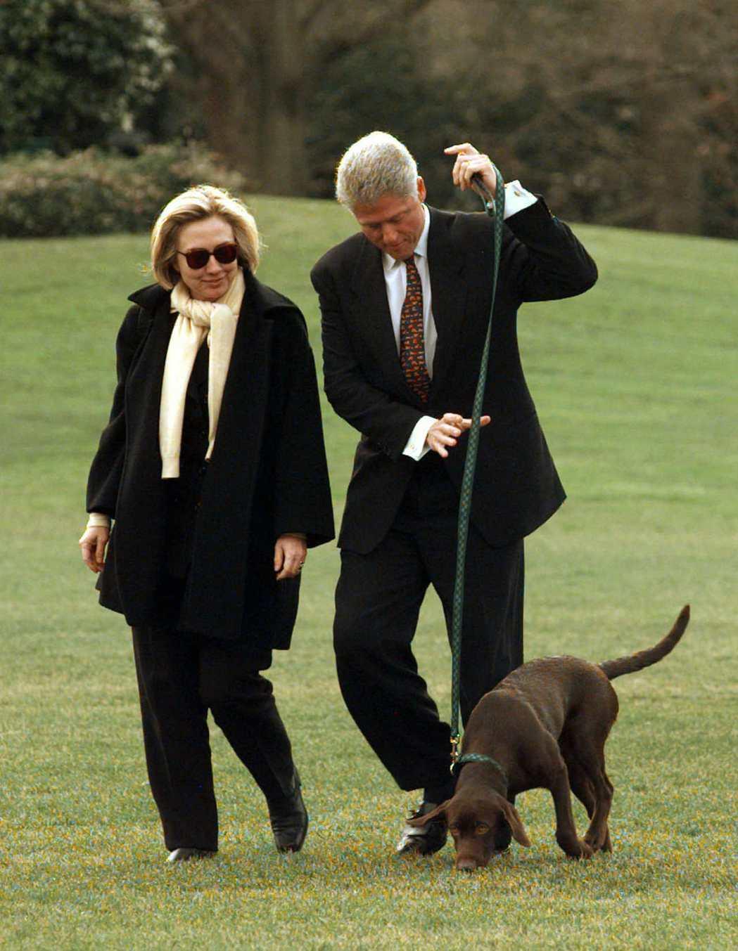 美國前總統柯林頓夫婦和寵物狗巴迪。 美聯社