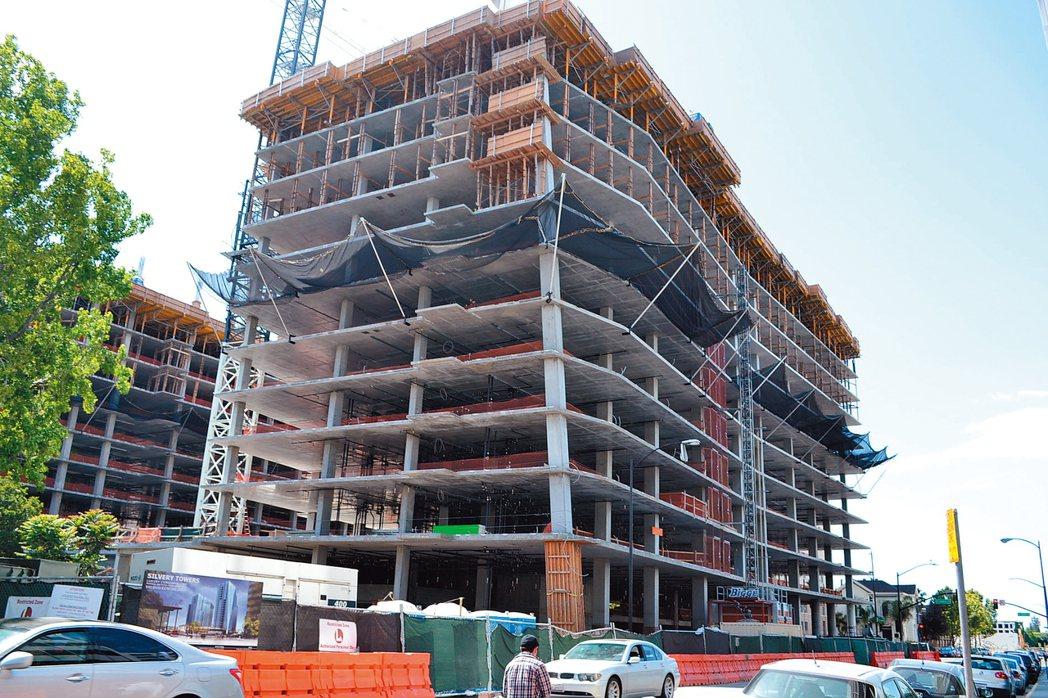 正在聖荷西市中心施工的銀塔大廈。記者張毓思/攝影