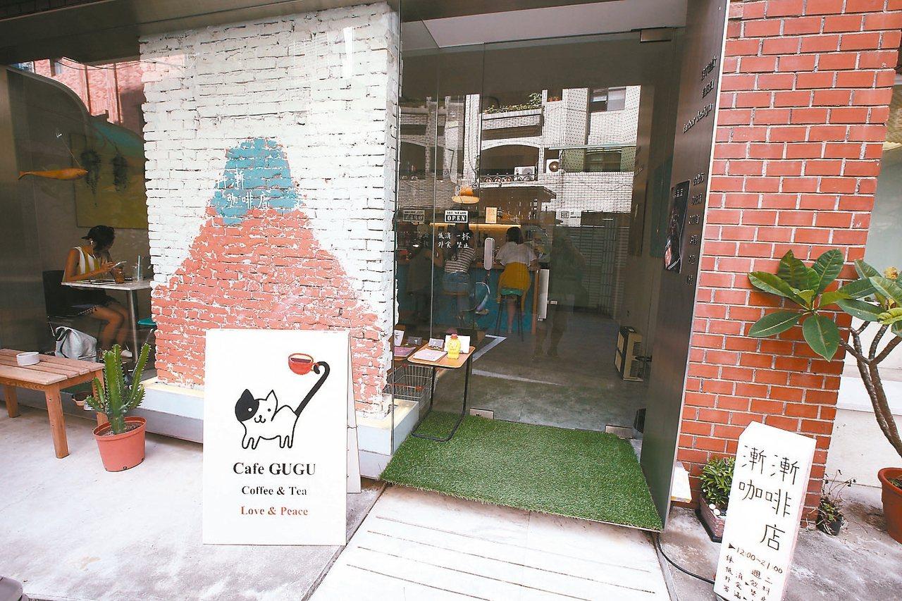 門口是老闆親手繪製的療癒牆面。 記者蘇健忠