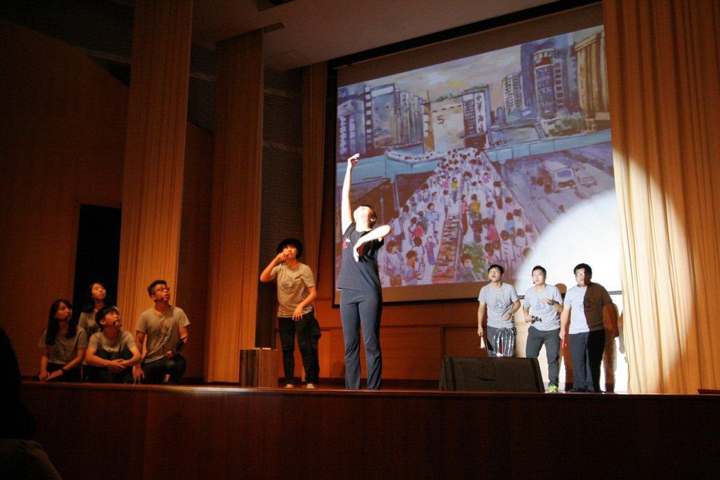 興國高中學生改編演出吳明益短篇小說《天橋上的魔術師》。攝影/王川銘