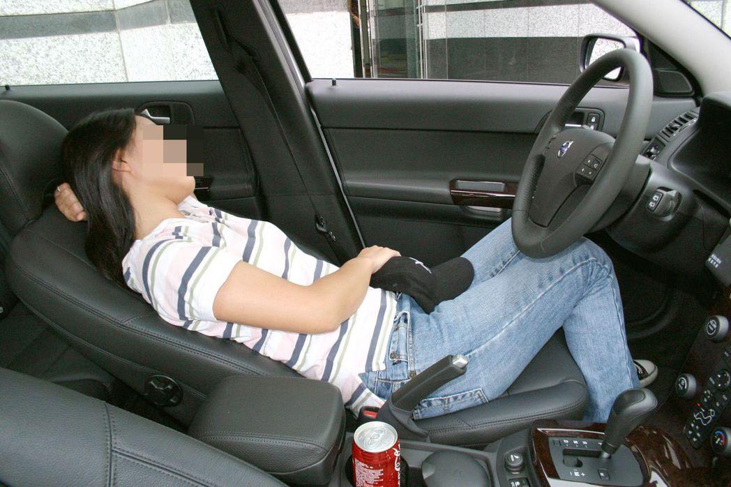 汽車開窗有學問。報系資料照