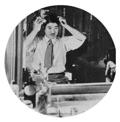 正在鏡子前方梳整頭髮的男性照片,刊登於〈梳整頭髮敬請使用髮刷〉(《資生堂畫報》第...
