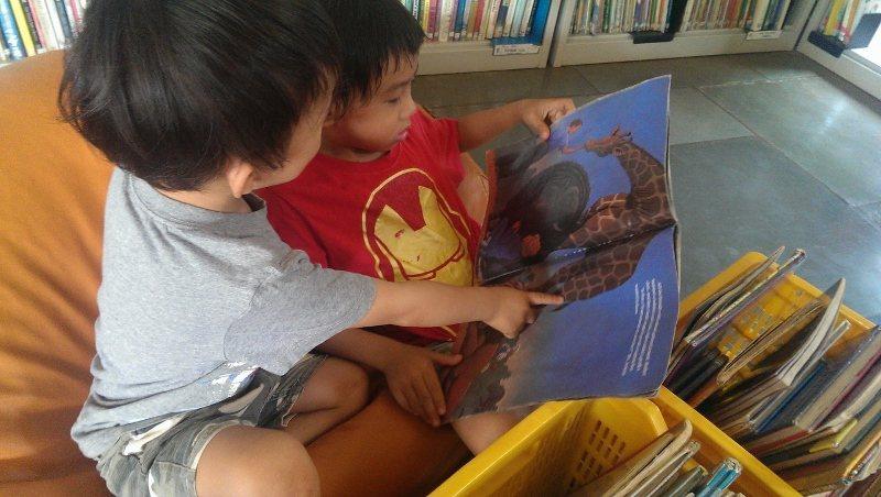 拍自己看書太做作,圖為我們在印度旅居八個月的國際生態村Auroville的圖書館...