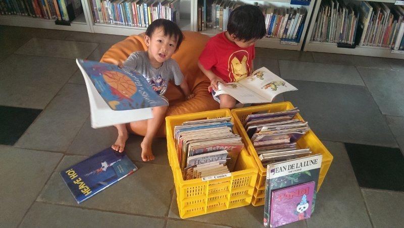 跟我們一起分享你一定要放入行李箱中的書吧!(我們小朋友只要有書就行,去哪國就看哪...