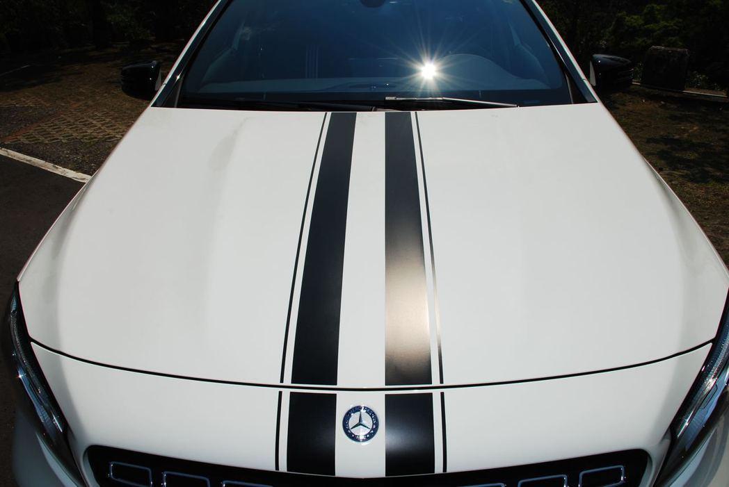 Mercedes-Benz GLA200引擎蓋上的飾條。記者林昱丞/攝影