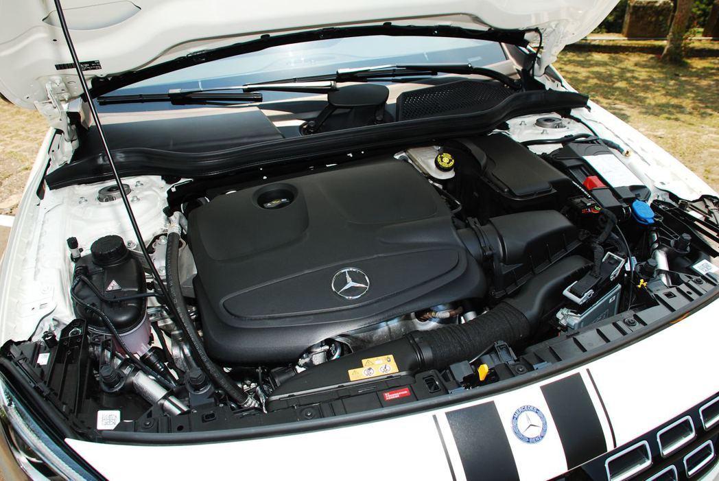 Mercedes-Benz GLA200採用直列四缸渦輪增壓引擎,可輸出156hp/250Nm的動力。記者林昱丞/攝影