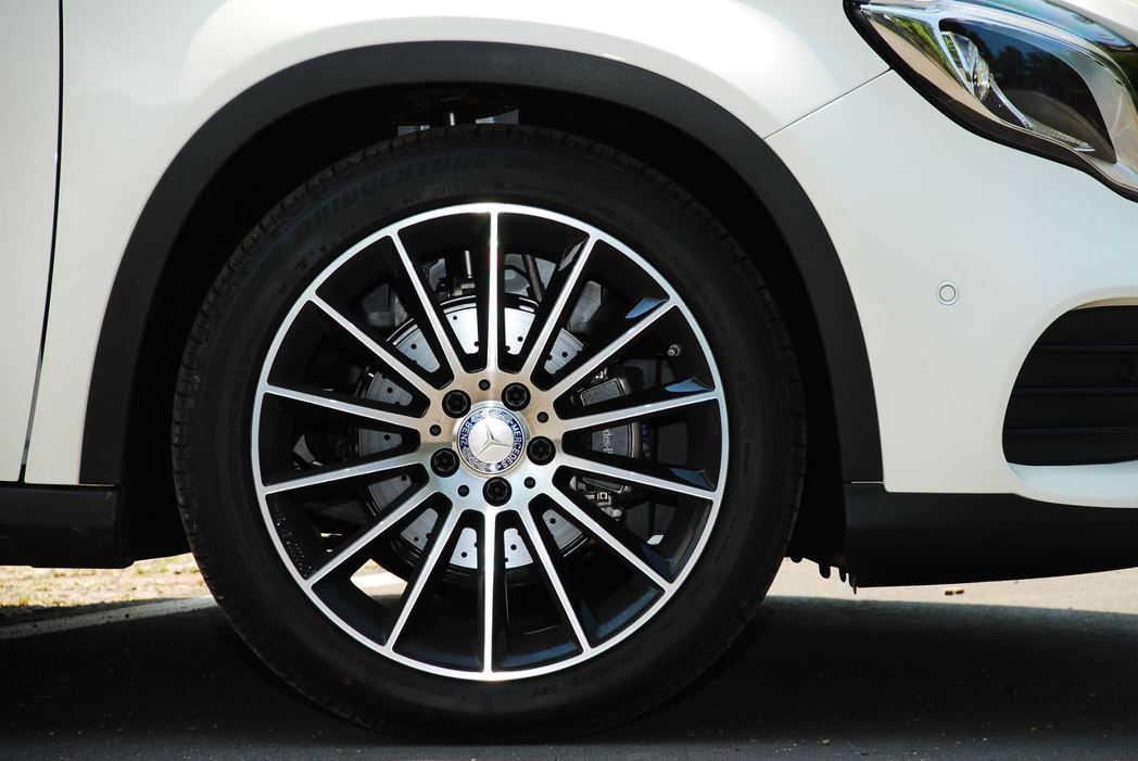 Mercedes-Benz GLA200選配的19吋輪圈。記者林昱丞/攝影