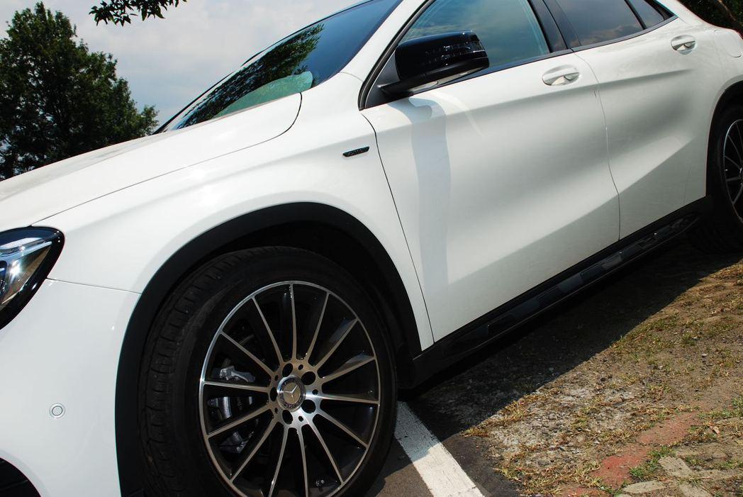 Mercedes-Benz GLA200車側線條。記者林昱丞/攝影