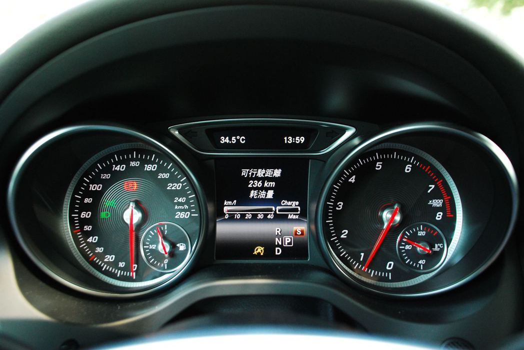 Mercedes-Benz GLA200儀表板。記者林昱丞/攝影