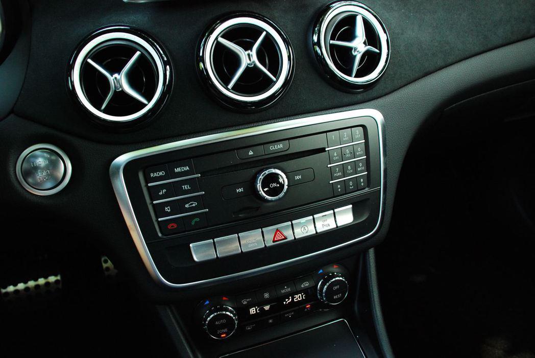 Mercedes-Benz GLA200中控台。記者林昱丞/攝影