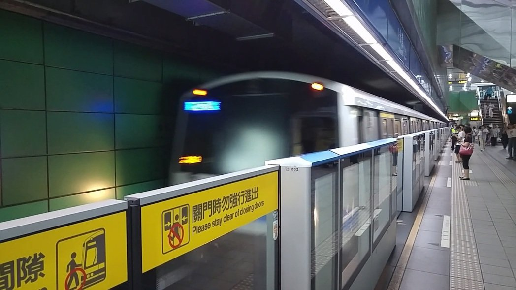 北捷因應乘客於對講機反映問題有套SOP,不會讓列車停止在站與站之間的軌道上。 記...