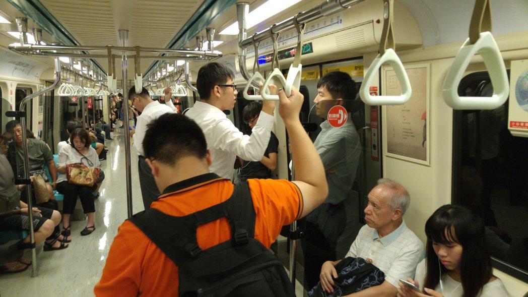 北捷表示,發現異常就能使用對講機,但若非緊急事件,一般乘客擔心遭白眼對待,不會隨...