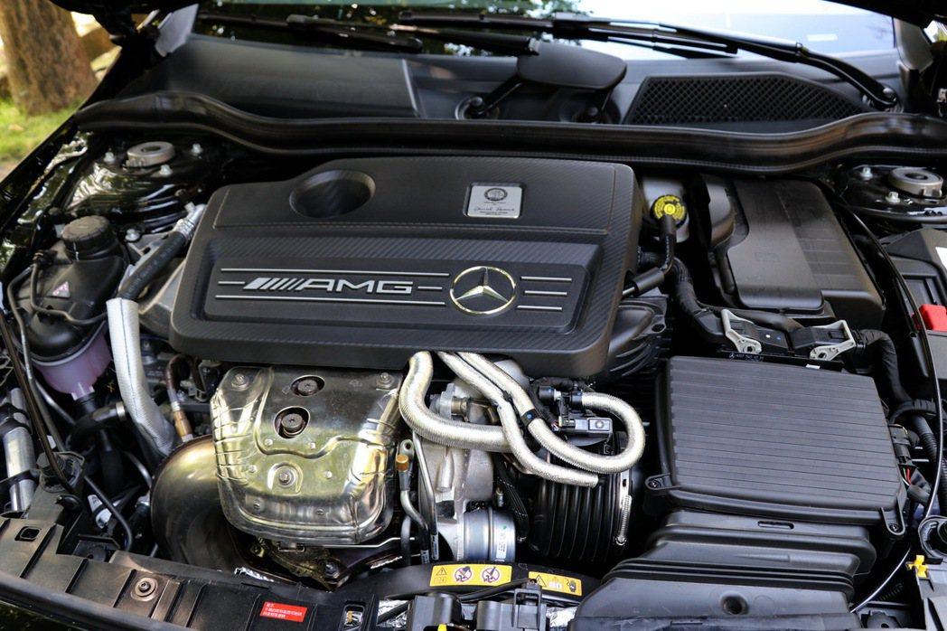 GLA45搭載一具2.0升直列四缸渦輪增壓引擎。 記者陳威任/攝影