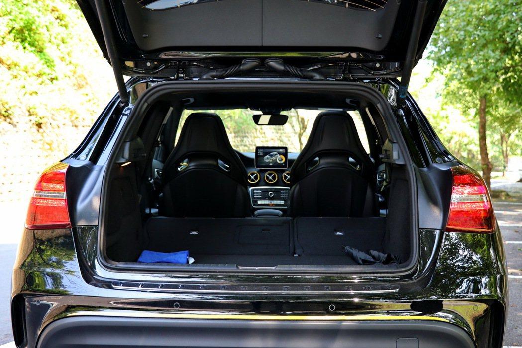 在一般使用情況下有421L容量,若將座椅進一步傾倒,則可達到1235L。 記者陳威任/攝影