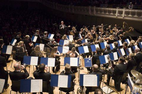 享譽全球,英國女皇唯一親授的古典「皇家超級樂團」,將在今年秋天盛大演出,由國際級指揮大師約翰、尼爾森及華裔天才小提琴家候以嘉攜手來台,聯合演繹富有東方神秘韻味名曲〈梁祝小提琴協奏曲〉與西方深情纏綿名...