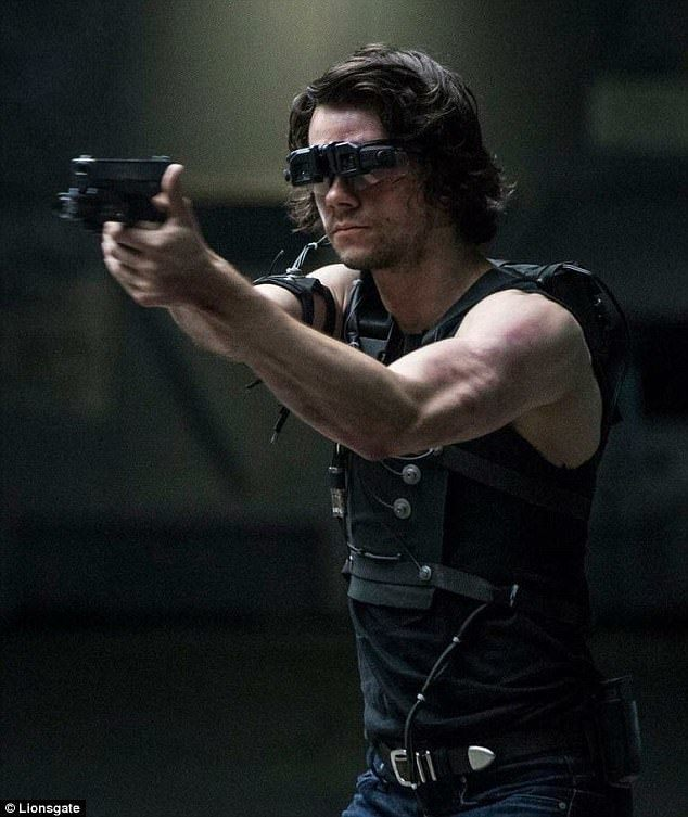 狄倫歐布萊恩透露在「美國刺客」動作戲排練對於傷後復健頗有幫助。圖/摘自imdb