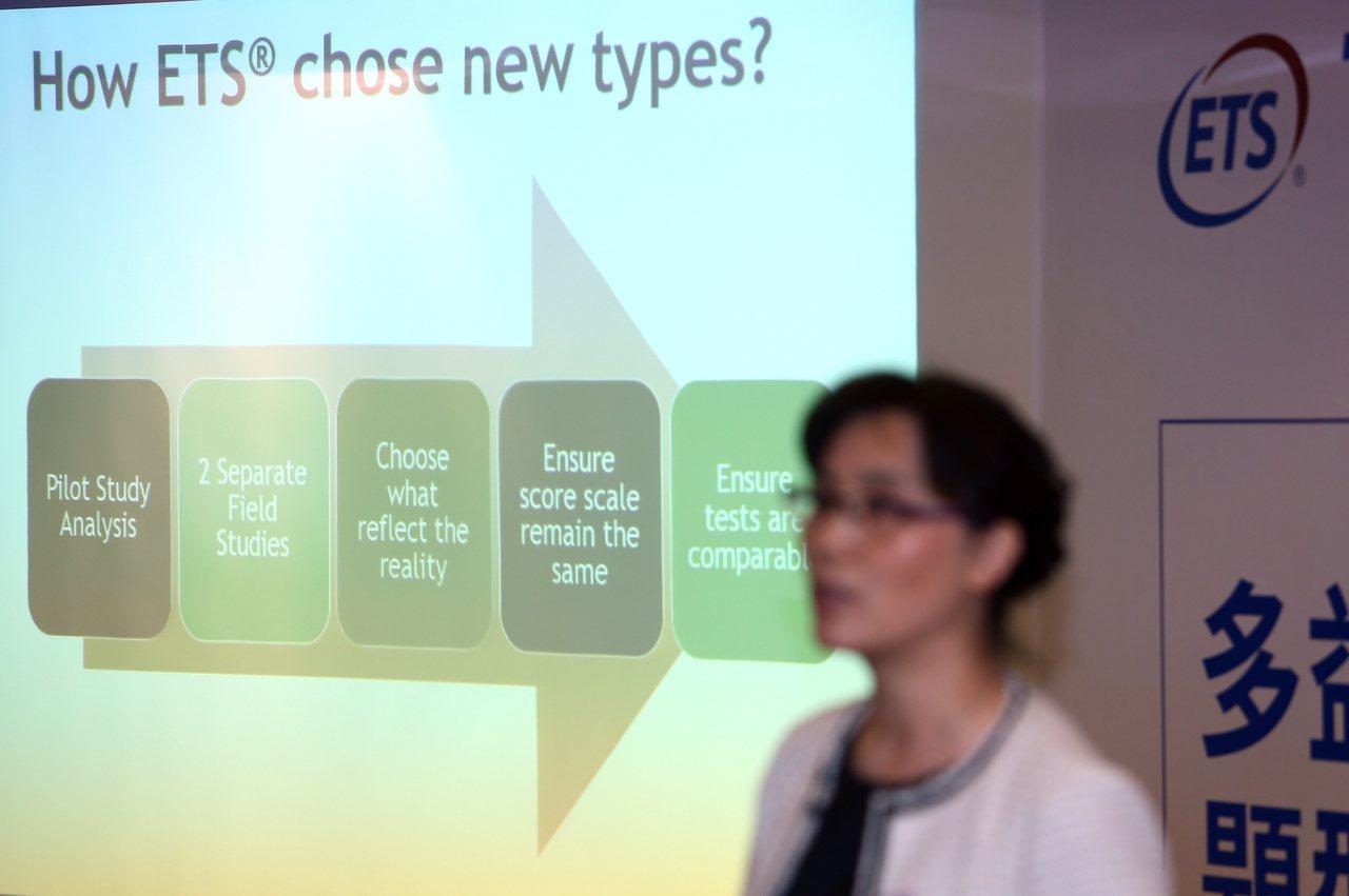 ETS全球管理部資深總監Lucy Li在記者會上說明明年多益英語測驗改變的題型。...
