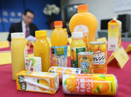 消基會抽驗16項市售柳橙果汁,發現高達10件糖份標示與實際檢測不同。記者陳柏亨/...