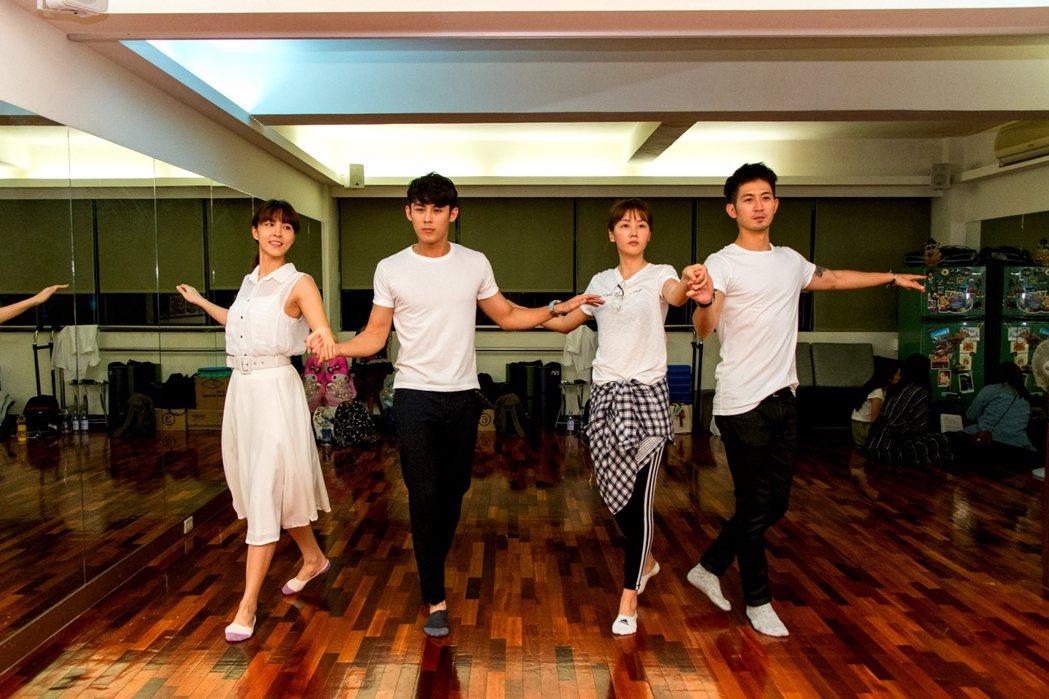 魏蔓(左起)、陳奕、陶嫚曼、簡宏霖為戲練舞。圖/三立提供