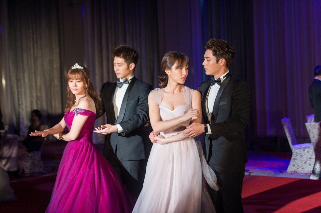 陳奕(右起)、魏蔓、簡宏霖、陶嫚曼上演舞會戲。圖/三立提供