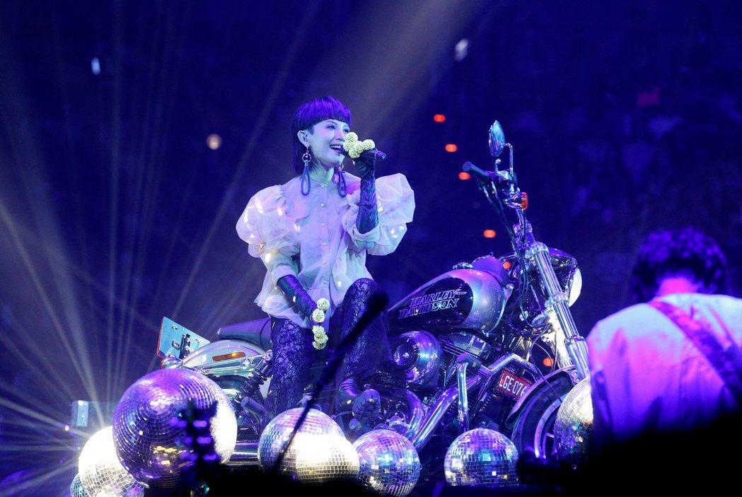 魏如萱今晚在台北小巨蛋舉辦「末路狂花」演唱會,一開場坐在哈雷機車緩緩從舞台中間現...