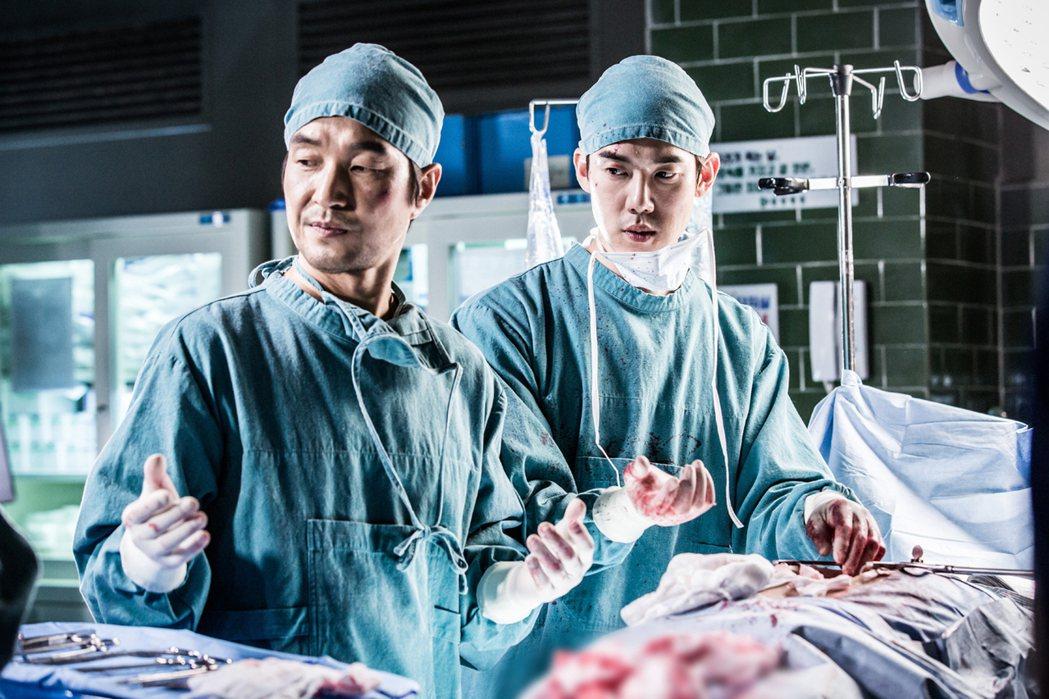 韓石圭(左)、柳演錫手術戲親自上陣。圖/東森提供