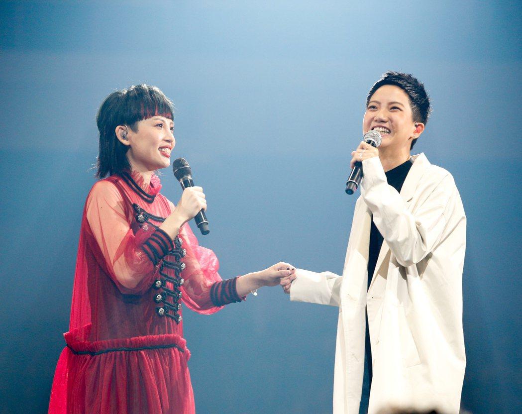 魏如萱(左)今晚在台北小巨蛋舉辦「末路狂花」演唱會,香港女歌手盧凱彤(右)驚喜現...