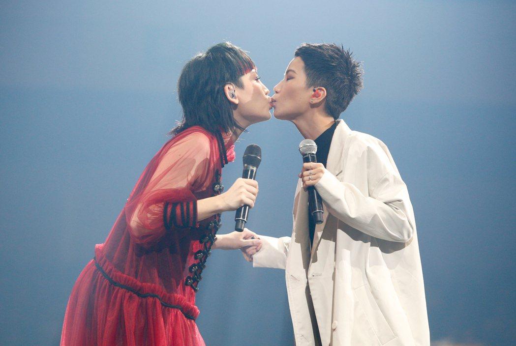 魏如萱(左)今晚在台北小巨蛋舉辦「末路狂花」演唱會,香港女歌手盧凱彤(右)驚喜現