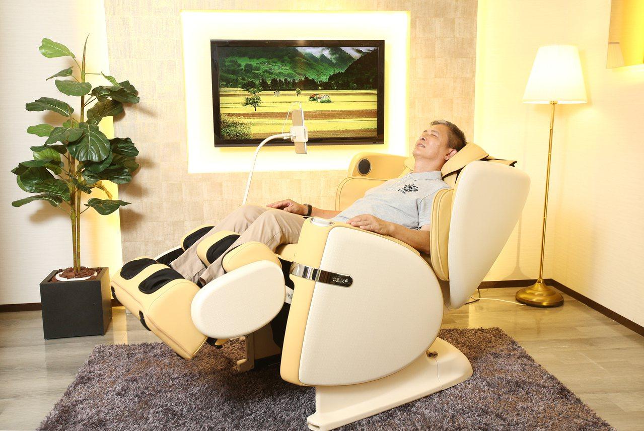 OSIM白馬王子按摩椅結合按摩科技與音樂娛樂,提供身心靈全面放鬆。記者蘇健忠/攝...